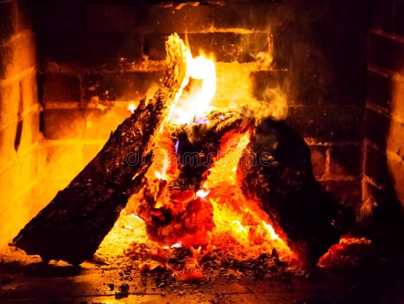 Feuer in einem Kamin stockbild