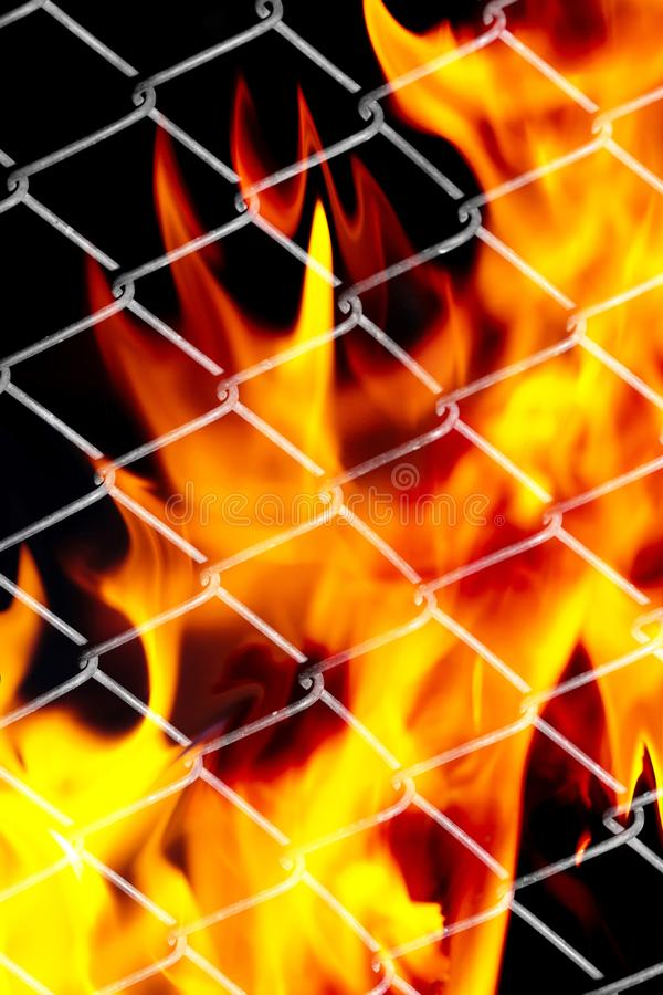Feuer in einem Metallgitter stockfoto