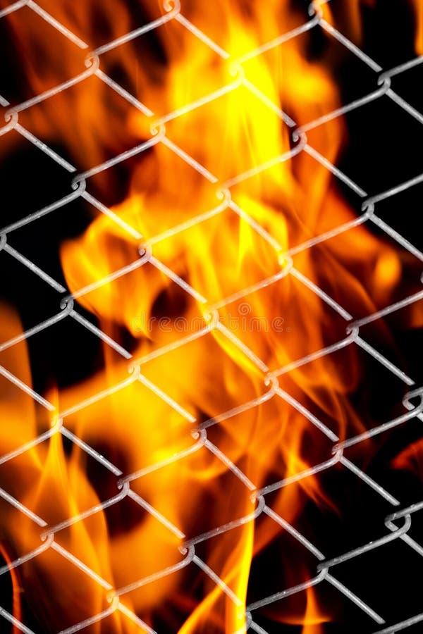 Feuer in einem Metallgitter stockfotografie