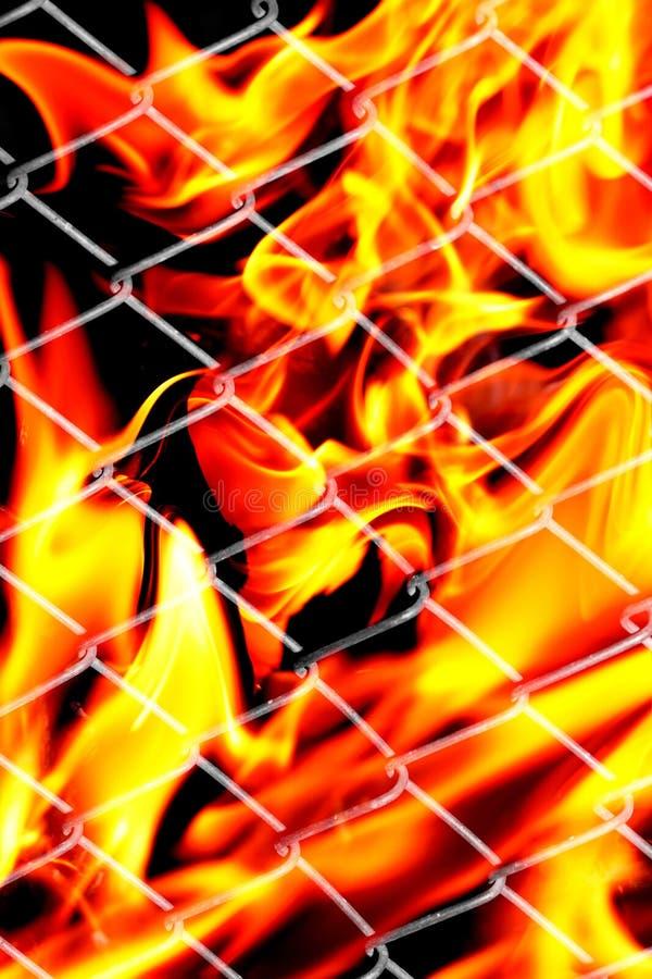 Feuer in einem Metallgitter lizenzfreies stockfoto