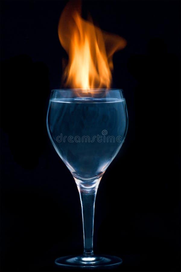 Feuer in einem Wein-Glas stockfoto