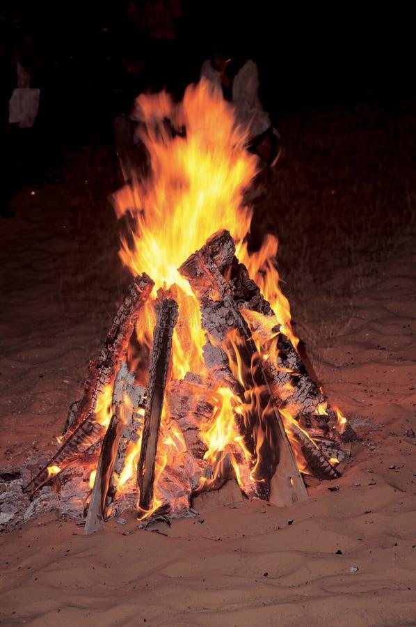 Feuer in einer Wüste in Dubai als Teil Carols in der Wüste für Weihnachten lizenzfreie stockfotografie
