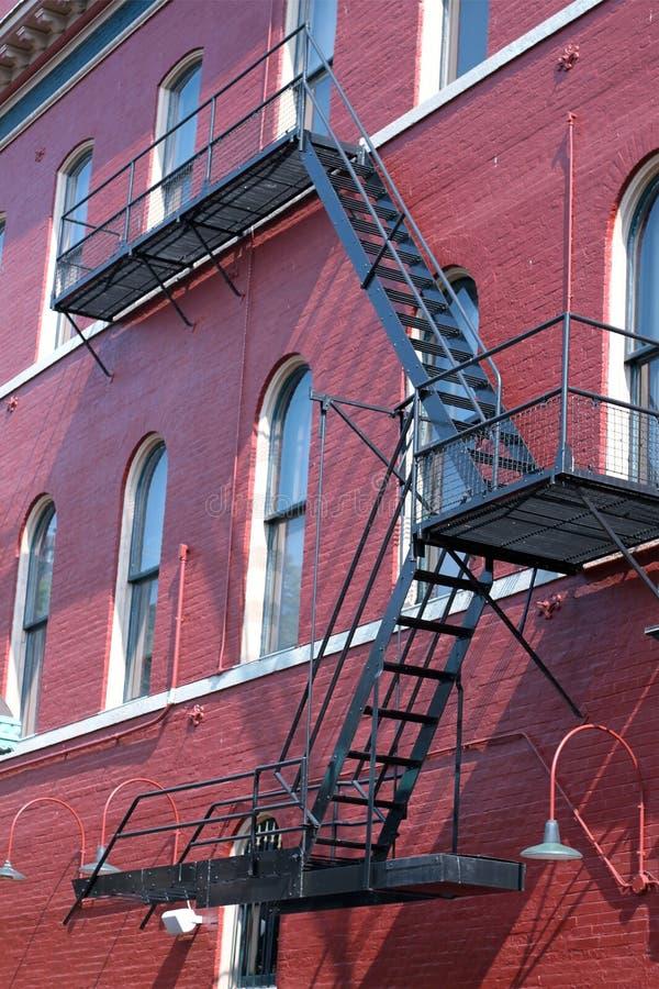 Feuer-Entweichen auf rotem Gebäude lizenzfreie stockfotografie
