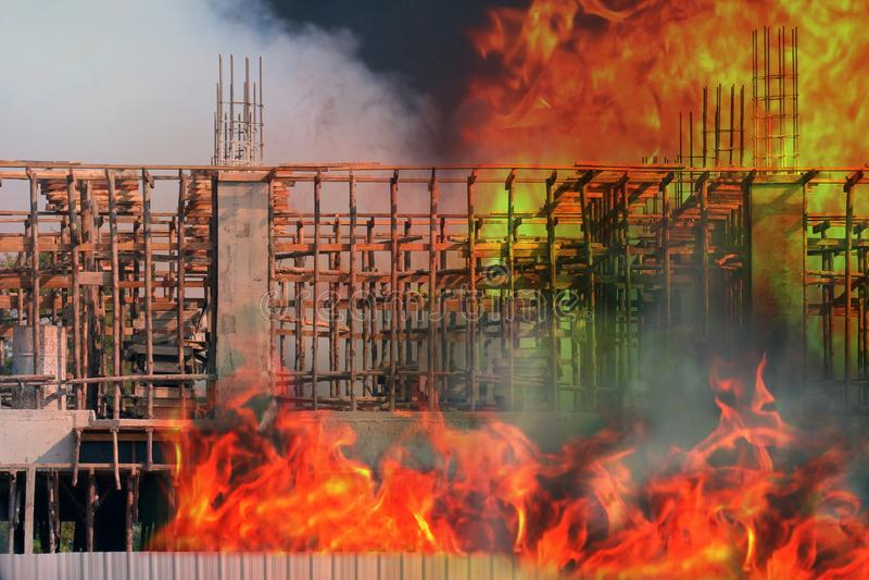 Feuer, errichtender Feuer Baustellebereich, Feuerausgangsbrand, Rauch und Feuer Verschmutzung brennen am Gebäude, brennendes Haus stockbilder
