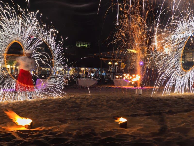 Feuer, Feuerwerke und Leute lizenzfreies stockfoto