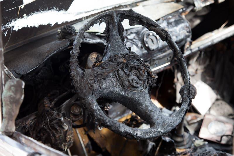 Feuer gebranntes Autofahrzeug stockfotografie