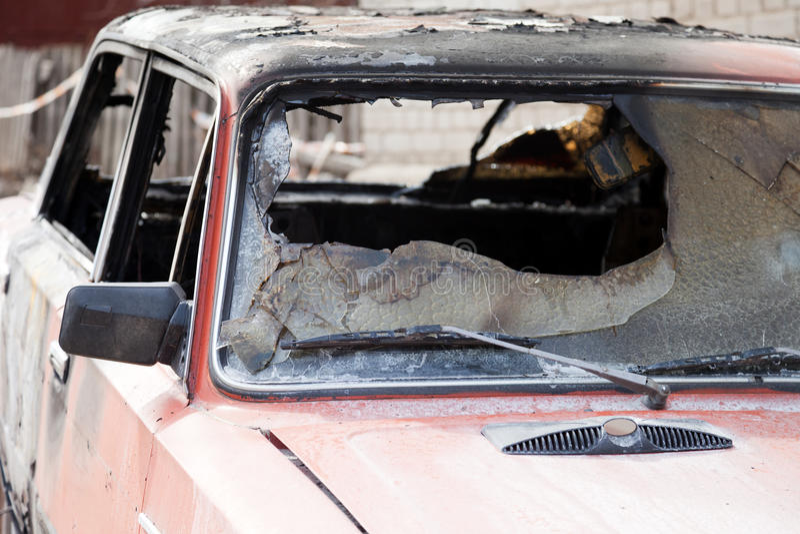 Feuer gebranntes Autofahrzeug lizenzfreie stockfotos