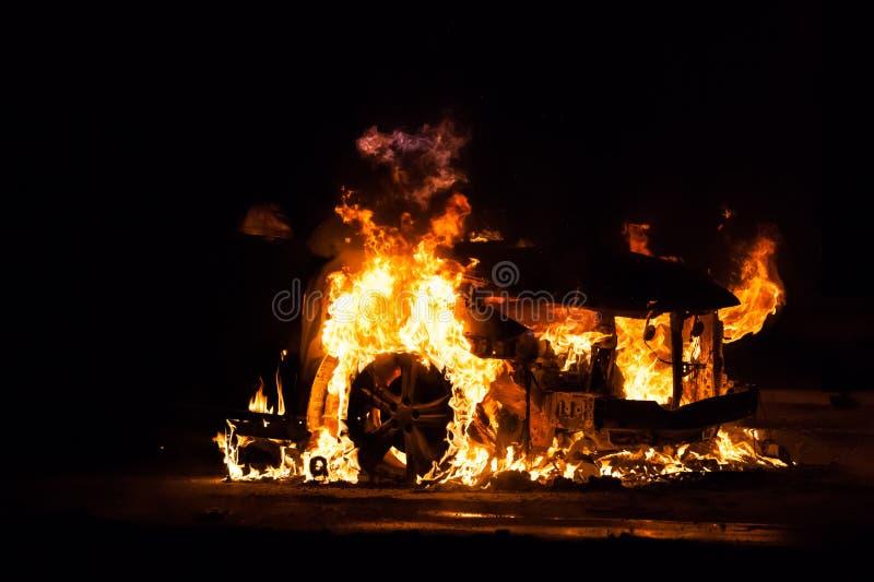 Feuer gebranntes Autofahrzeug stockbilder