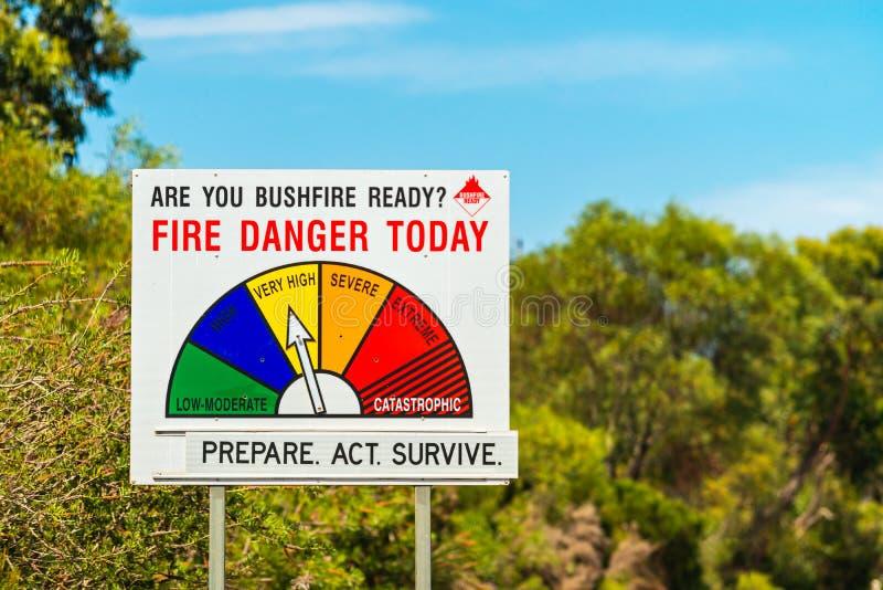 Feuer-Gefahrenstatus und bereites Zeichen des Buschfeuers stockbild