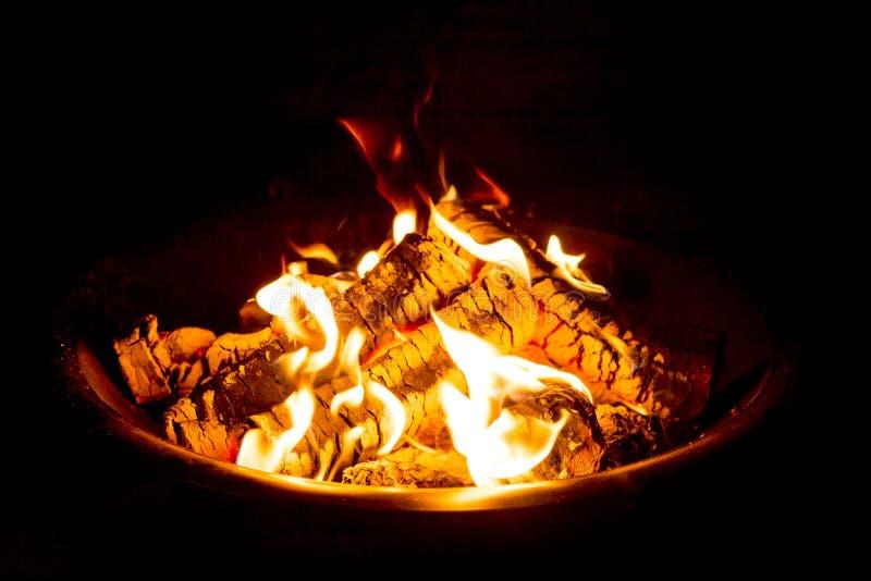 Feuer-Grube nachts glühende Glut zeigend stockfotos