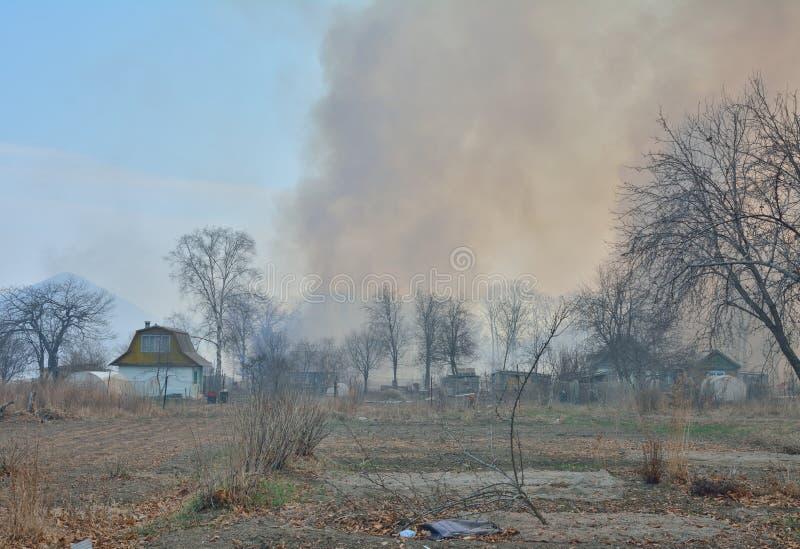 Feuer hinter summerhouses 2 stockfotografie