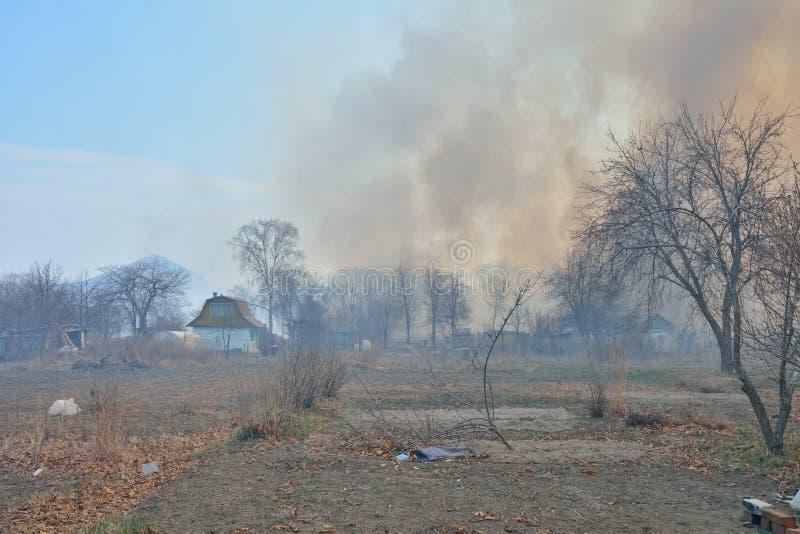 Feuer hinter summerhouses 1 stockfotos