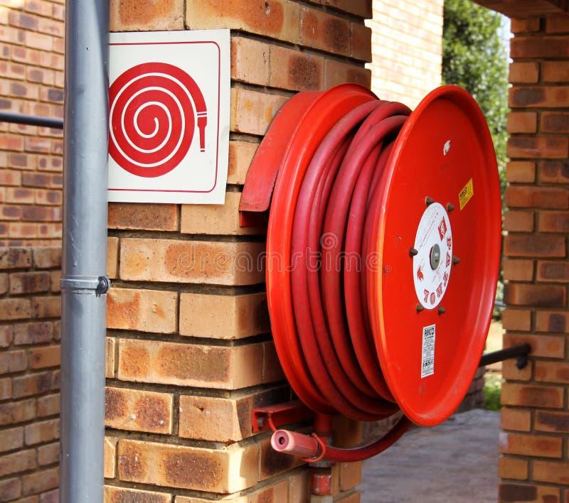 Feuer-Hydrant mit Schlauch stockbild