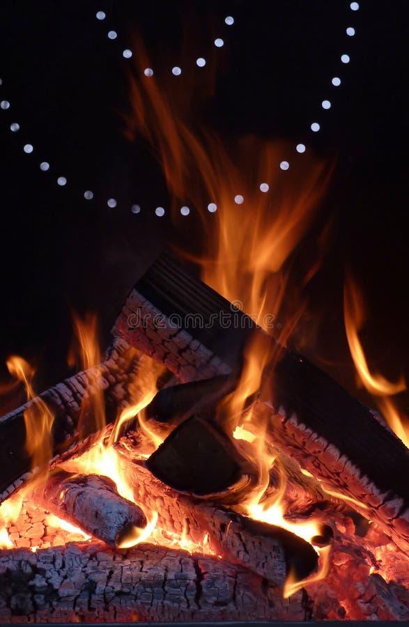 Feuer im Grill stockfotos
