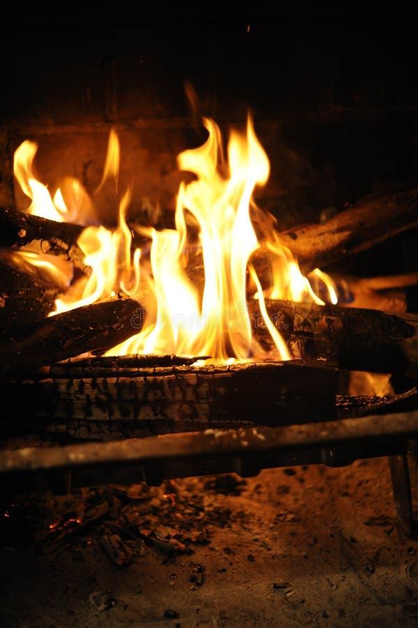 feuer im kamin stockfoto bild von verbrennen ziegelstein 9923166
