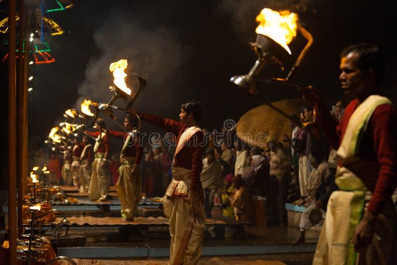 Feuer-Laterne-hinduistische Priester Pooja Gebete Varanasi stockfotos