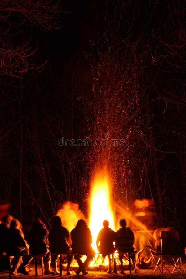 Feuer mit den Leuten, die herum sitzen stockfoto