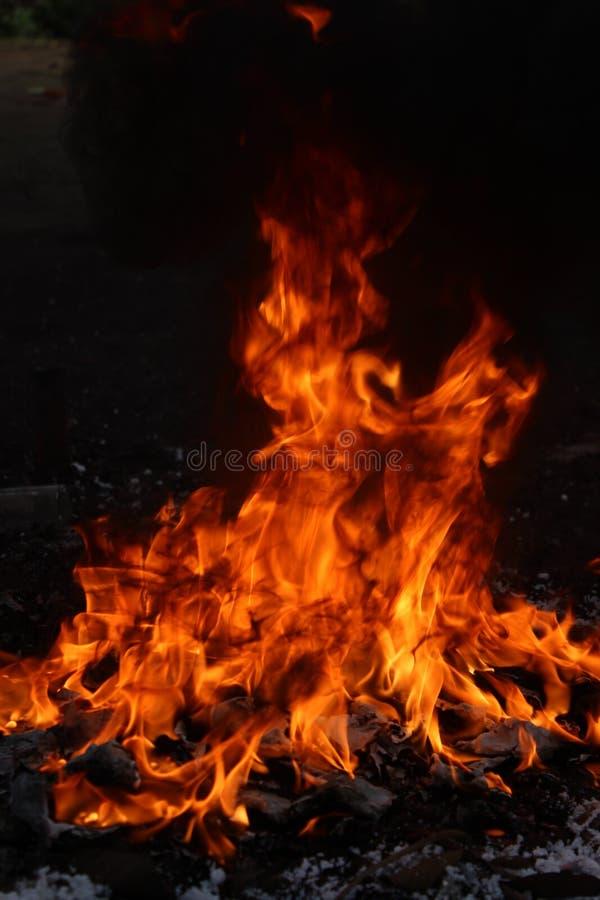 Feuer mit schwarzem Rauche stockbilder