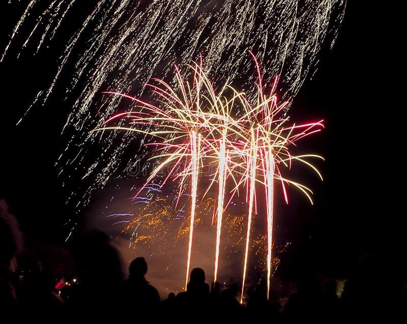 Feuer-Nachtfeuerwerk lizenzfreie stockfotos