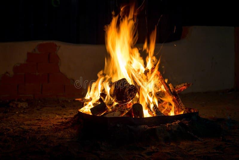 Feuer nachts, Brennholz, das im Feuer brennt stockbild