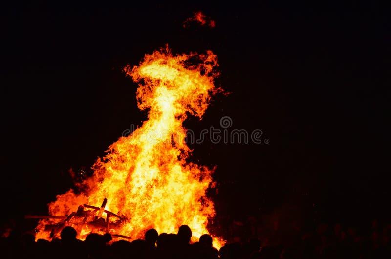 Feuer nachts mit Leuten in einem Festival lizenzfreie stockfotografie