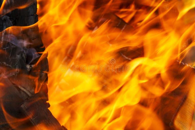 Feuer-, Rote und Orangebeschaffenheit auf einem schwarzen Hintergrund blurry stockfotografie
