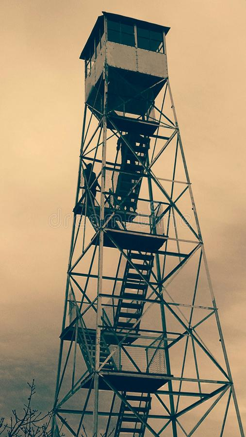 Feuer-Turm im Sepia an einem windigen Tag stockfotos