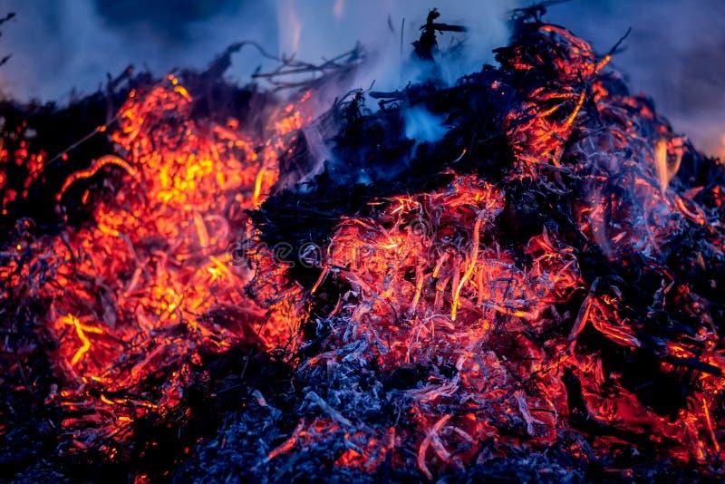 Feuer und Asche während des Abfalls, der am night_ brennt lizenzfreies stockbild