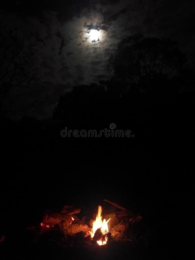 Feuer und Mond stockbild