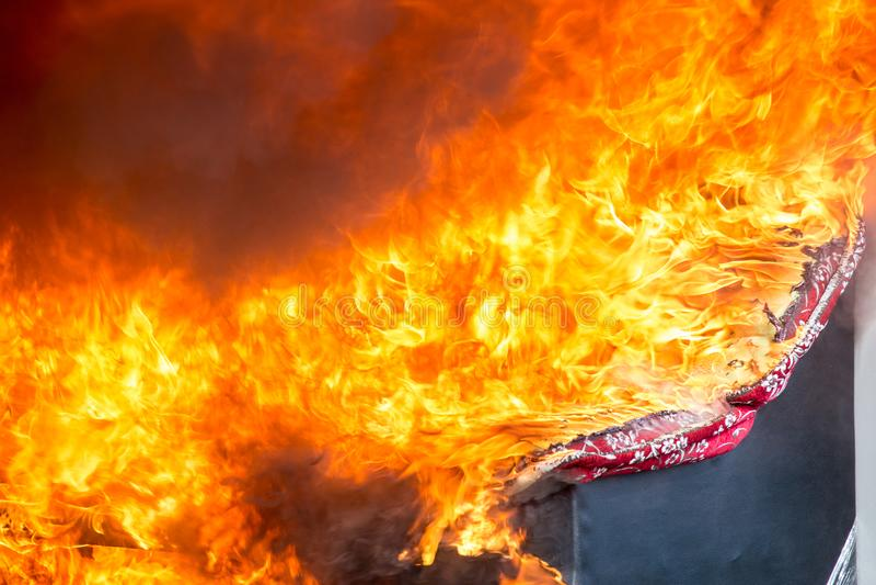 Feuer und Rauch von den Möbeln, die in der Feuersbrunst brennen lizenzfreies stockbild