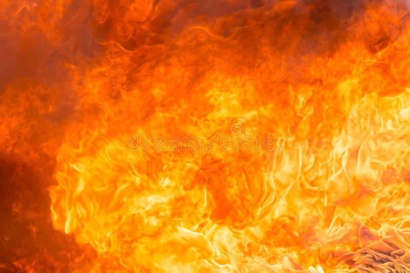Feuer und Rauch von den Möbeln, die in der Feuersbrunst brennen lizenzfreies stockfoto