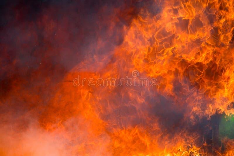 Feuer und Rauch von den Möbeln, die in der Feuersbrunst brennen stockbild