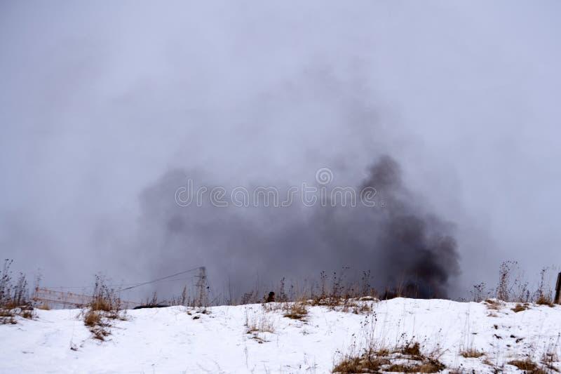 Feuer und schwarzer Rauch auf dem landwirtschaftlichen Gebiet wo geernteter Weizen lizenzfreie stockfotografie