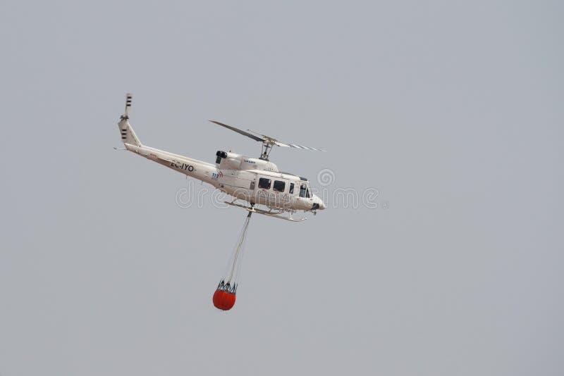 Feuerbekämpfender Hubschrauber stockfoto