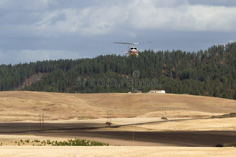 Feuerbekämpfender Hubschrauber lizenzfreies stockbild