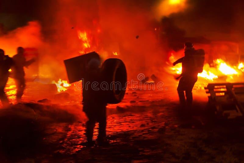 Feuerbekämpfung auf der Straße Grushevskogo stockfoto