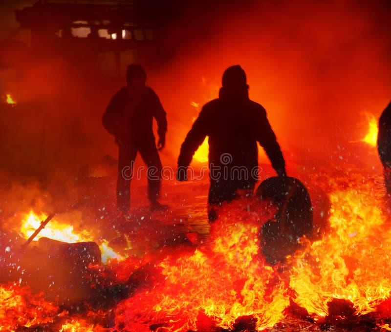 Feuerbekämpfung auf der Straße Grushevskogo lizenzfreies stockfoto