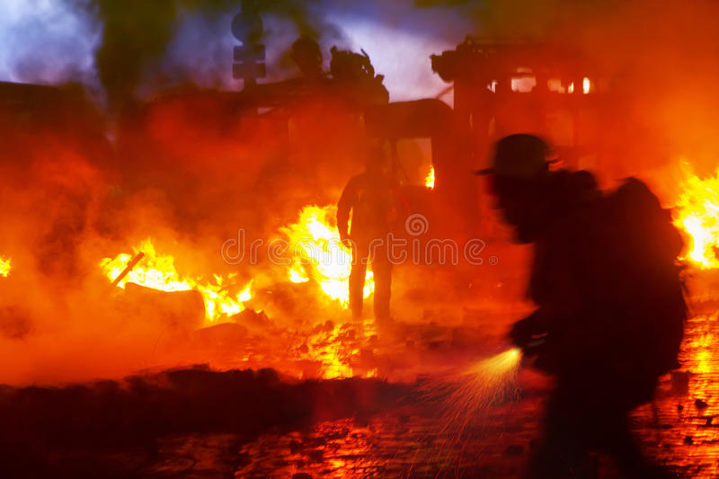 Feuerbekämpfung auf der Straße Grushevskogo lizenzfreies stockbild