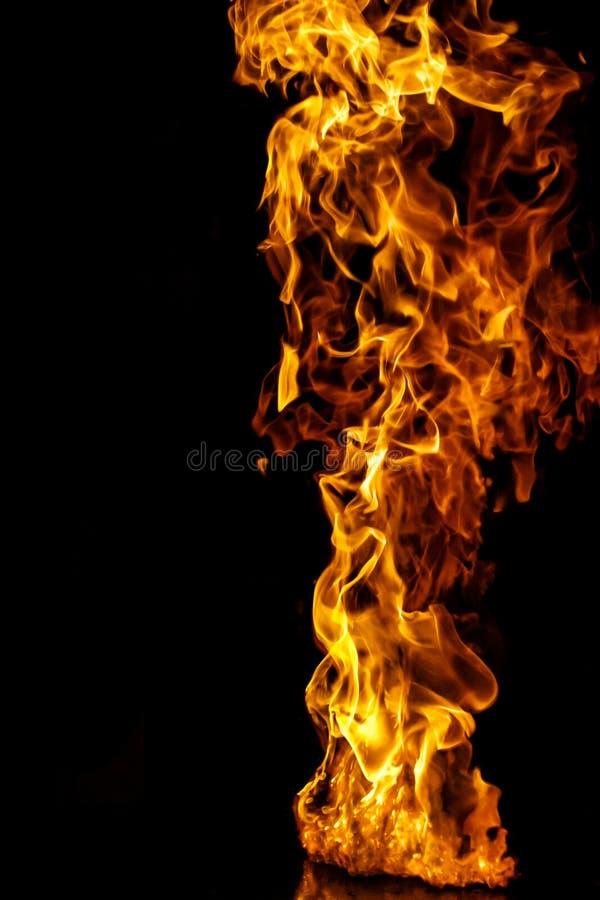 Feuerflamme auf schwarzem Hintergrund lizenzfreie stockbilder