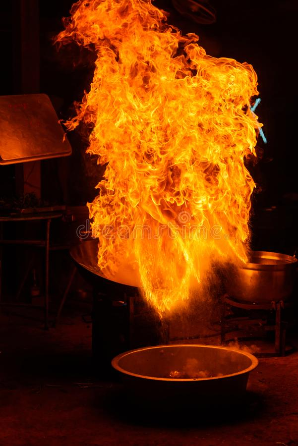 Feuerflammen in der Wanne wenn Kochzeit stockbilder