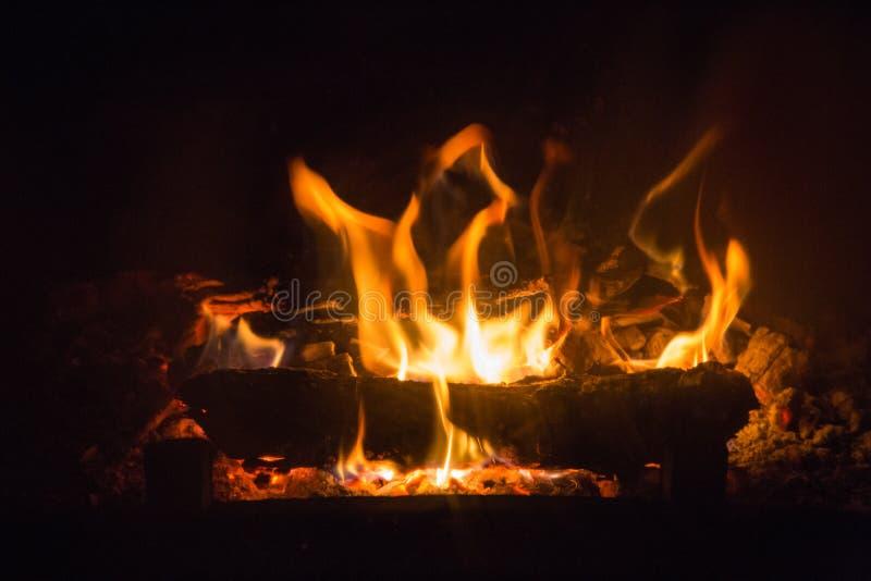 Feuerflammen mit Asche im Kamin stockfotografie