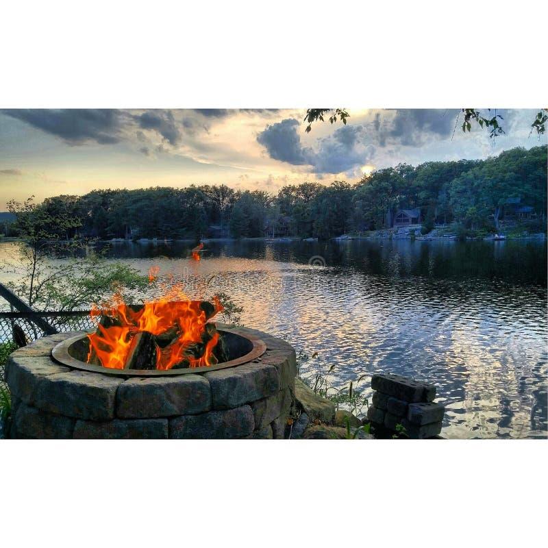 Feuergrube auf dem See stockfotos