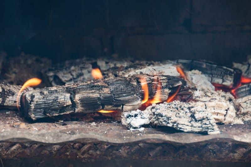 Feuergrubenabschluß oben des brennenden Klotzes mit Flamme stockbild