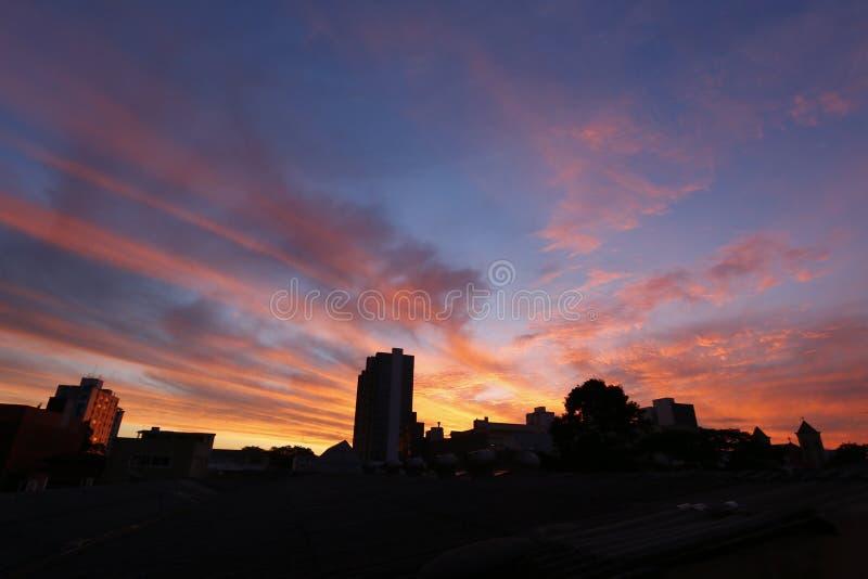 Feuerhimmelsonnenuntergang in Sao caetano Stadt stockfotografie