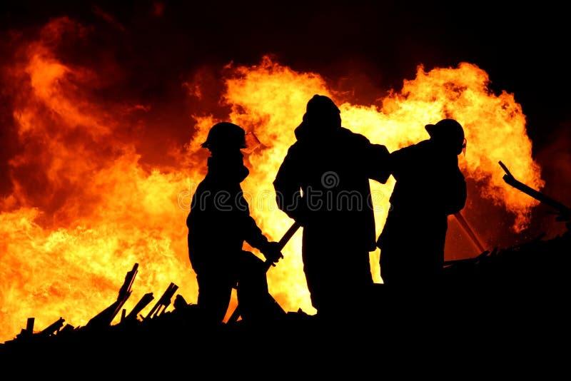 Feuerkämpfer und sehr große Flammen lizenzfreie stockfotos