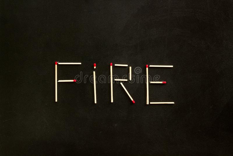 Feuerkonzept mit Brandschutz auf schwarzer Hintergrundansicht stockfotografie