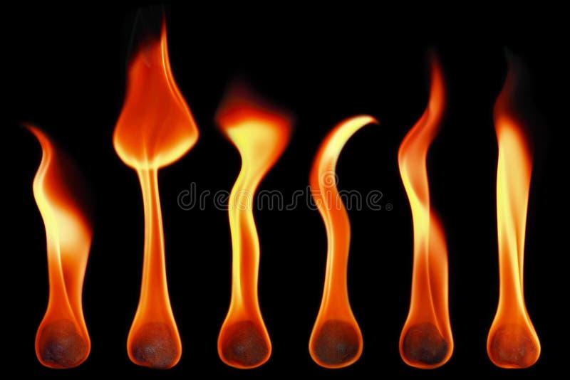 Feuerkugeln und Flammen lokalisiert auf Schwarzem stockbild