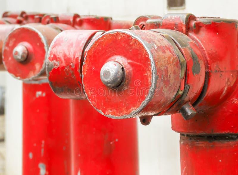 Feuerlöschbrause- oder Wasserübergabestelle auf äußerem Gebäude lizenzfreies stockfoto