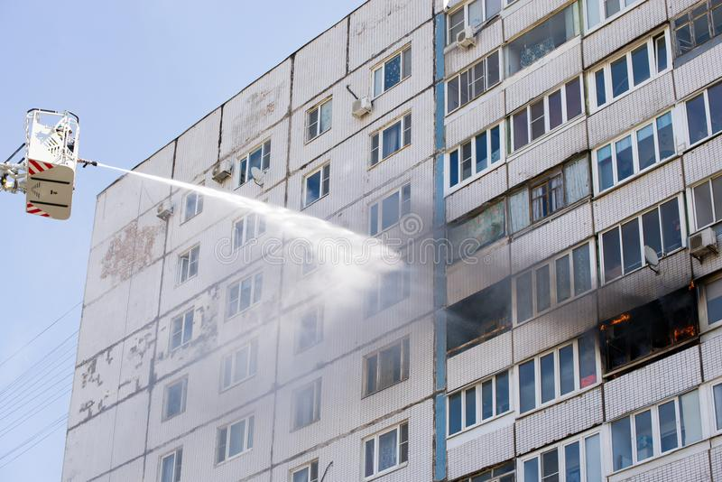 Feuerlöschend vom Feuerturm mit Hydranten lizenzfreie stockbilder