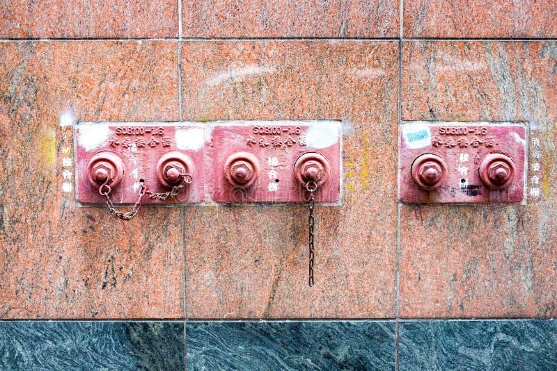 Feuerlöscher auf Gebäudewand, Industriewerkzeug stockfotografie